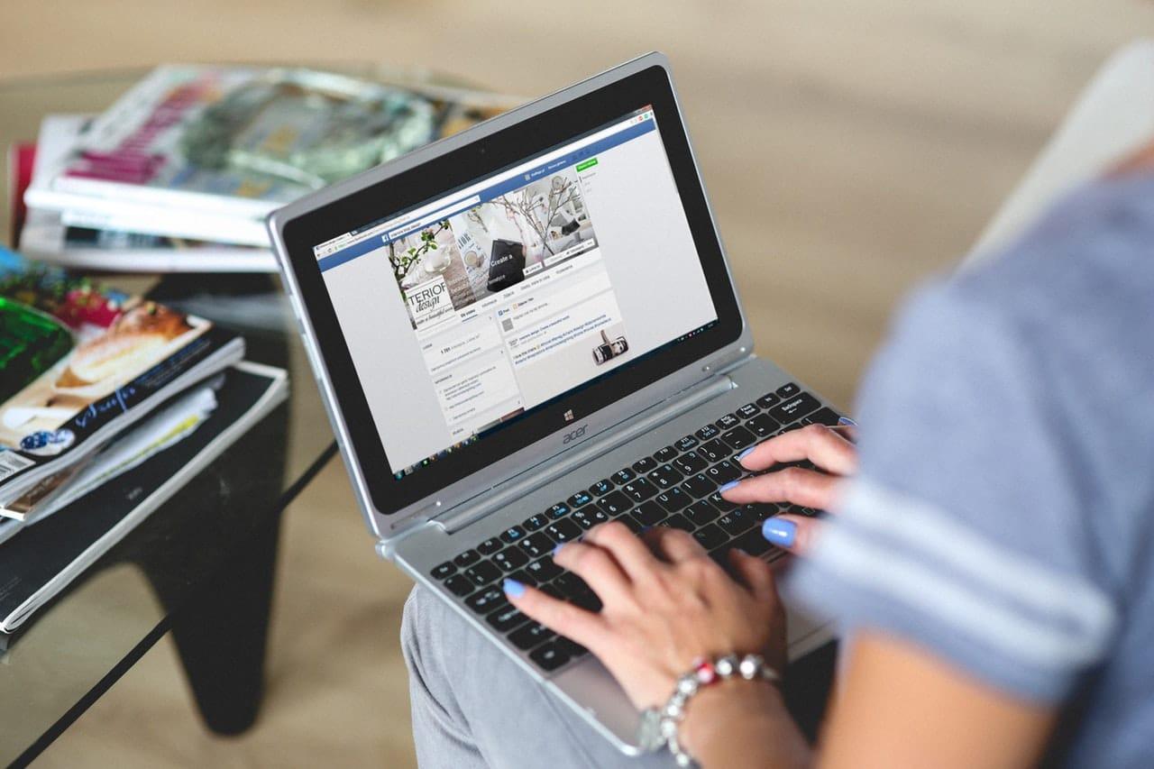 Social media blogging hands woman